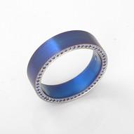 Sininen titaanisormus
