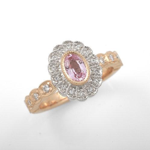 Lacey Grace. Kapearunkoinen sormus pinkillä safiirilla.