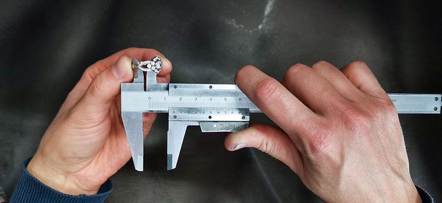 Sormuksen koon mittaaminen työntömitalla