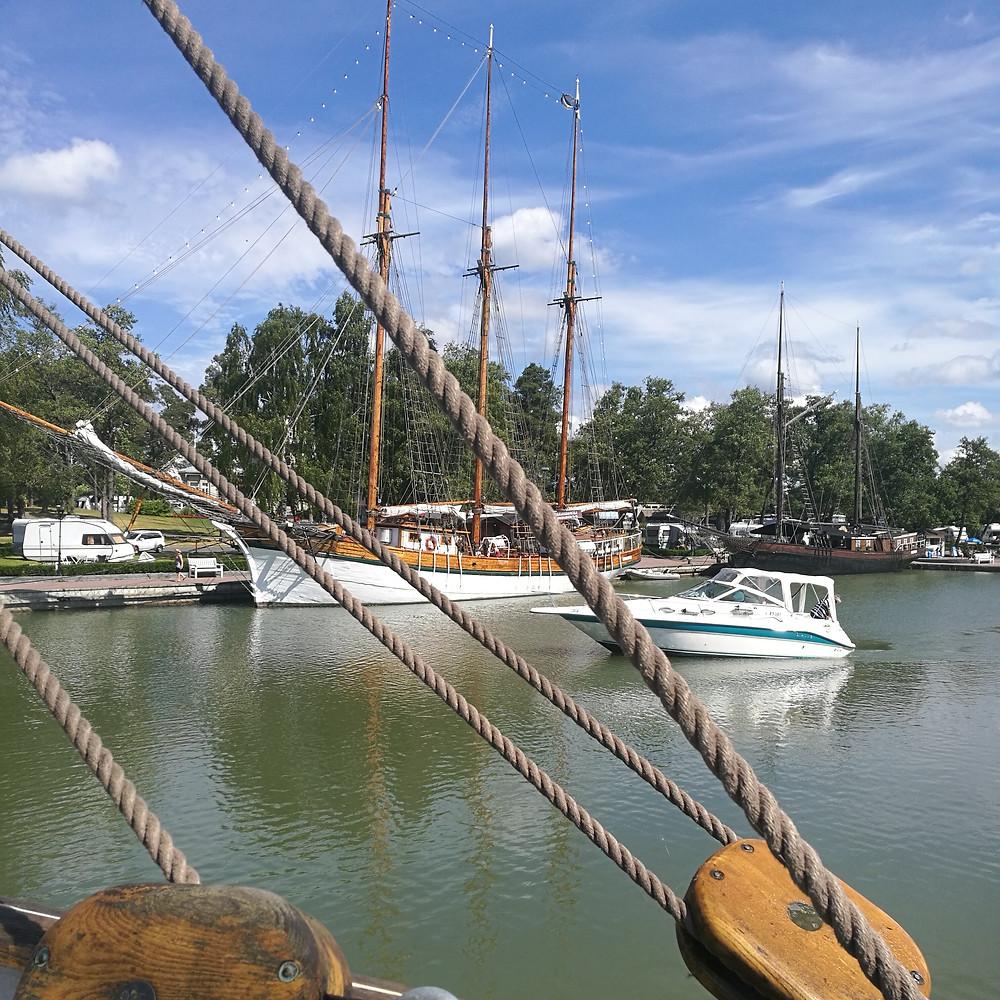 Poroholmassa pääset tutustumaan purjelaivoihin, joista osa toimii ravintoloina.