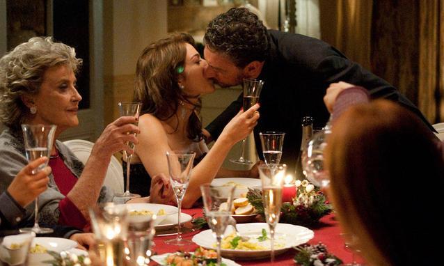 """Mesa de Cinema exibe """"Una Famiglia Perfetta"""" (Itália, 2012), comédia de Paolo Genovese."""