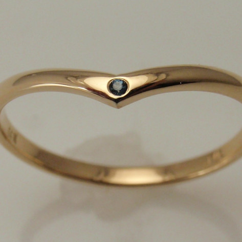 simple pointed accent band w/ flush set gem