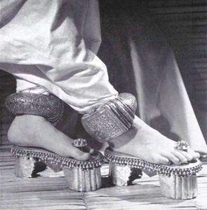 Sandálias da coleção Traphagen ilustram o ensaio de Bernard Rudofsky. As tornozeleiras pesam pouco mais de meio quilo cada e originalmente eram símbolo de escravidão, ligada a uma corrente