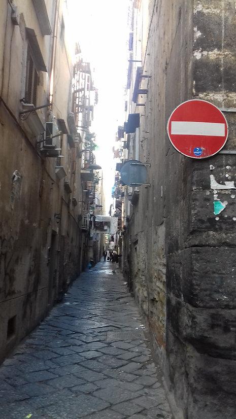 узкая улочка неаполя