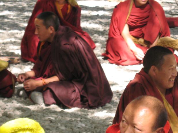 монахи монастыря Сэра