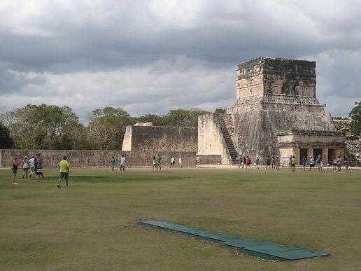 поле футбола майя