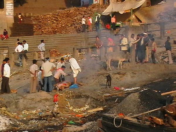кремация на берегу ганга