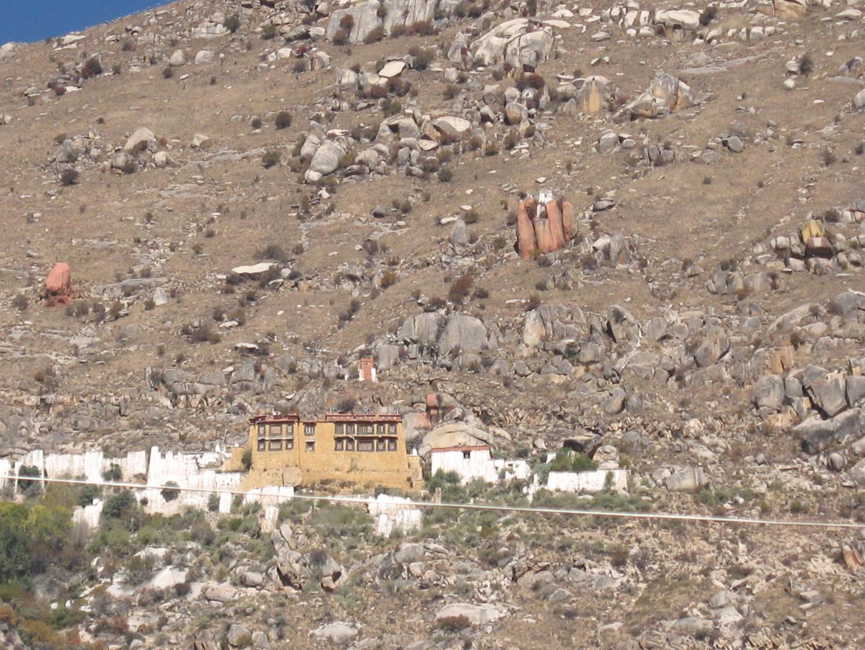 мини монастырь в Тибете