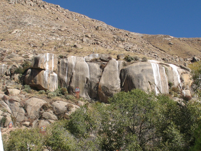 расписанные скалы в Тибете