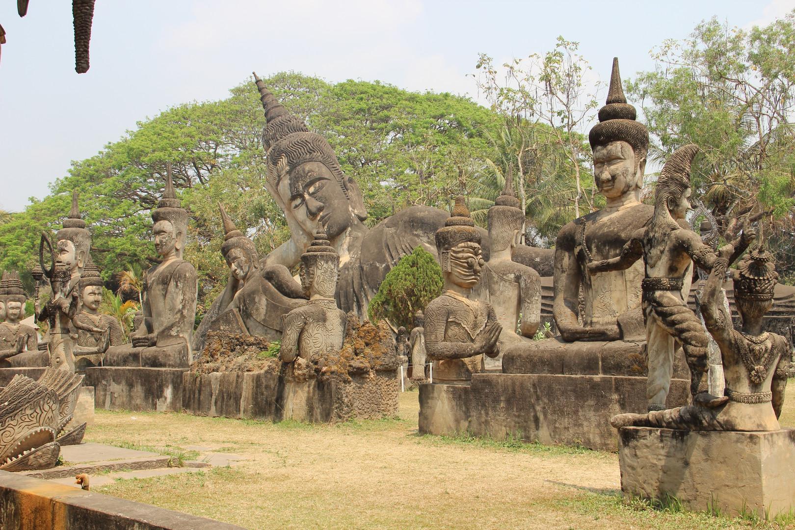 на заднем плане лежачий Будда