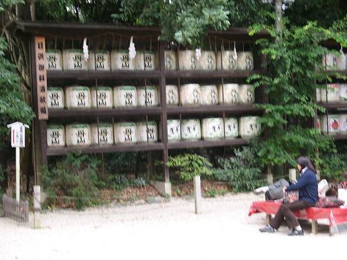 бочки с сакэ возле храма