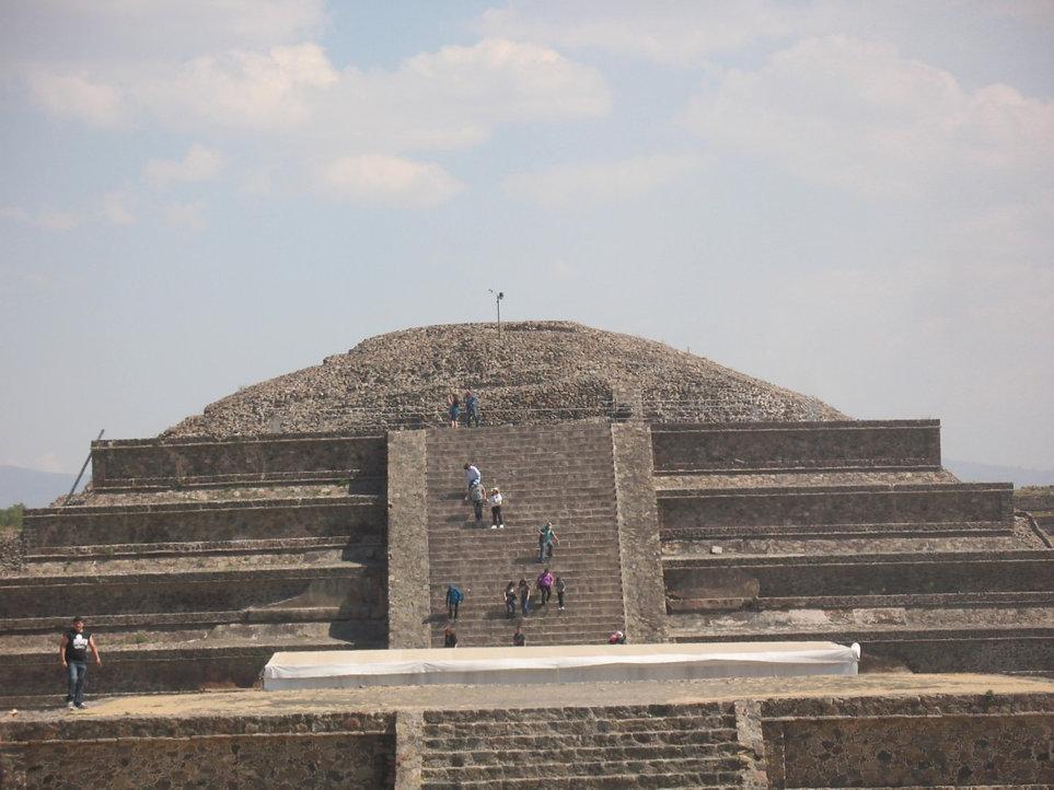 лезем на пирамиду луны