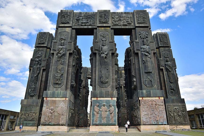монумент Церетели - местный Стоунхедж