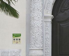 Schloss-Portal+QR-Tafel.jpg