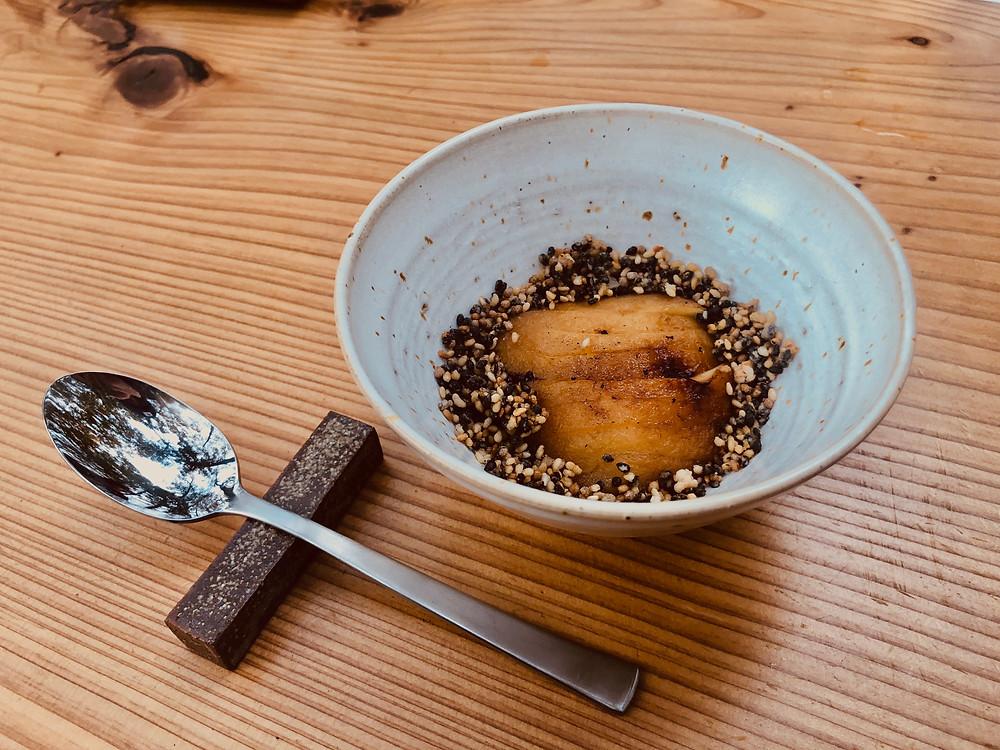 4品目はデザート。飯綱産信濃スイートの焼きリンゴ 黒ごま、いりごま、しその実とシェフ特製リンゴジャムを添えて