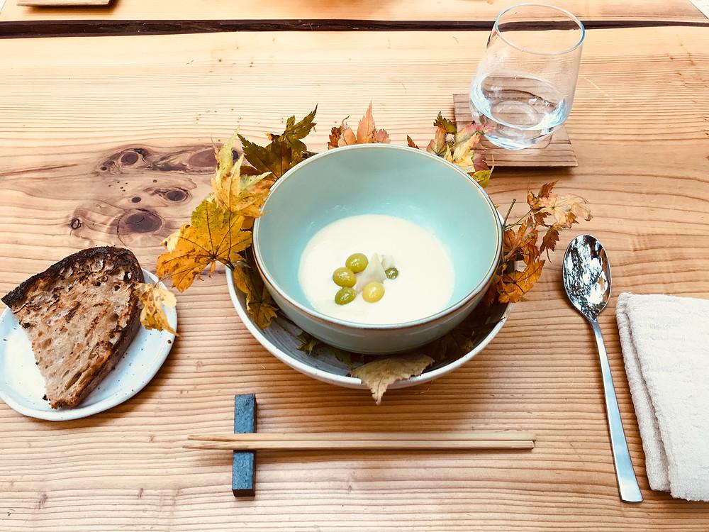 1品目は、玉ねぎと銀杏のスープ