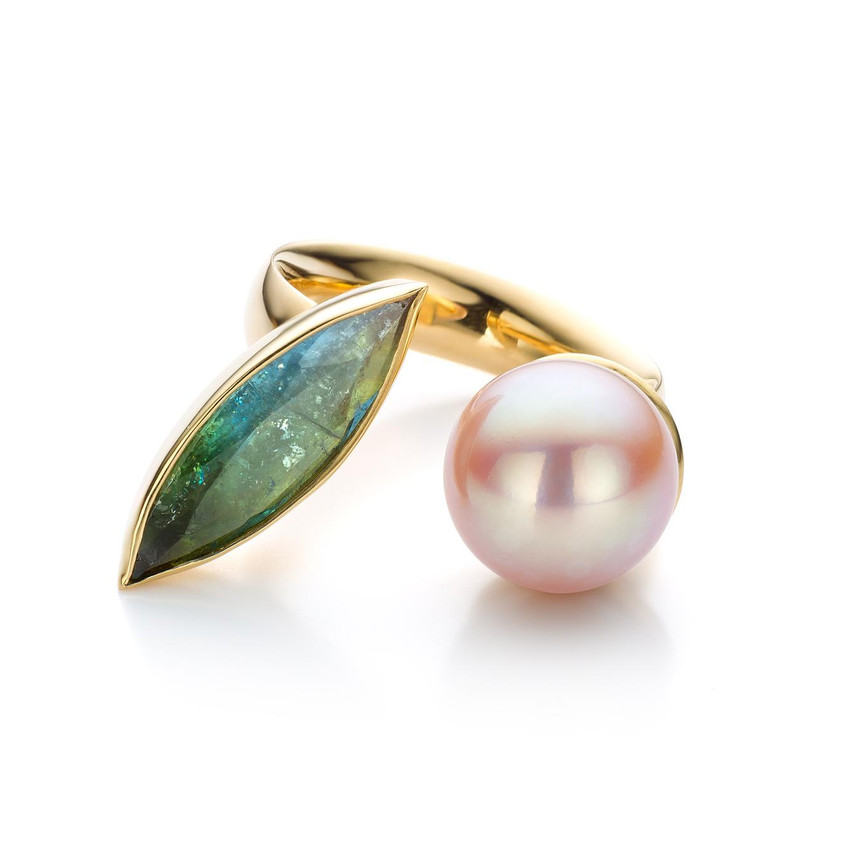Ophelia's dream Ring. 18kt yellow gold, pink cultured pearl and blue-green marquis tourmaline