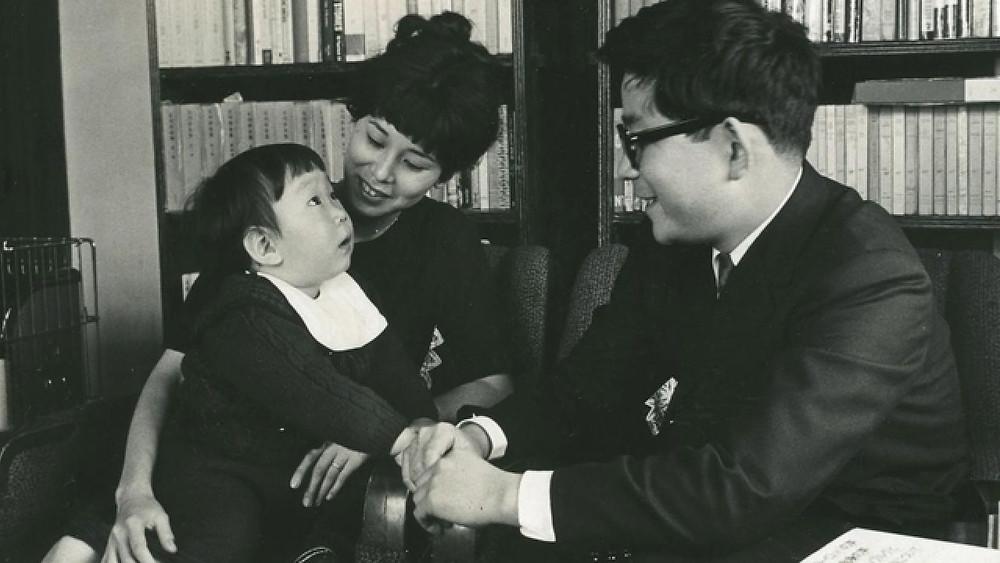 Kenzaburo Oe com seu filho e sua esposa