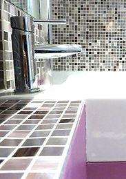 Joseph Vithaya, bon décorateur, Paris 14, 75014, Appartement Paris 12e, décoration d'une salle de bain, Agencement salle de bain, salle de bain décoration, douche, mosaïque, carrelage, robinet, mitigeur, lavabo, vasque, radiateur, douche, douchette, sèche serviette, violet, parme, aubergine