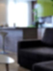 Joseph Vithaya, bon décorateur, Paris 14, 75014, Appartement Montreuil, 93, décoration d'une cuisine, ikéa, appartement, cuisine décoration, chaise, cuisine ouverte, tabouret, évier, contemporain, plaque de cuisson, vert, marron, chocolat