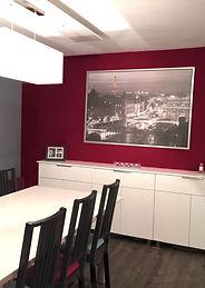 Joseph Vithaya, bon décorateur, Paris 14, 75014, Appartement, Albertville 73, décoration intérieur salon, séjour, salle à manger, moderne, canapé, fauteuil, table, vase, luminaires, tableau, lampe, rouge