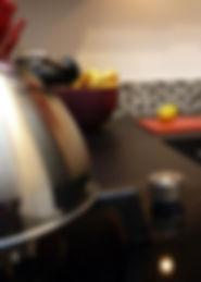 Joseph Vithaya, bon décorateur, Paris 14, 75014, Appartement Paris 11e, décoration cuisine, contemporain, moderne, évier, robinet, plan de travail, décoration intérieur, rouge, noire, cuisishop
