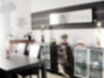 Joseph Vithaya, bon décorateur, Paris 14, 75014, Décoration maison Maillot 89, décoration intérieur salon, séjour, moderne, chaises, table, vase, luminaire, suspension, ikea, miroir