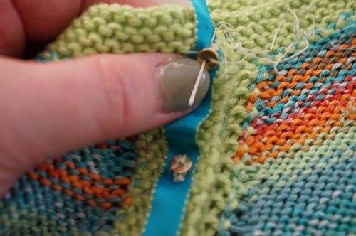 couture du ruban sur la patte de boutonnage
