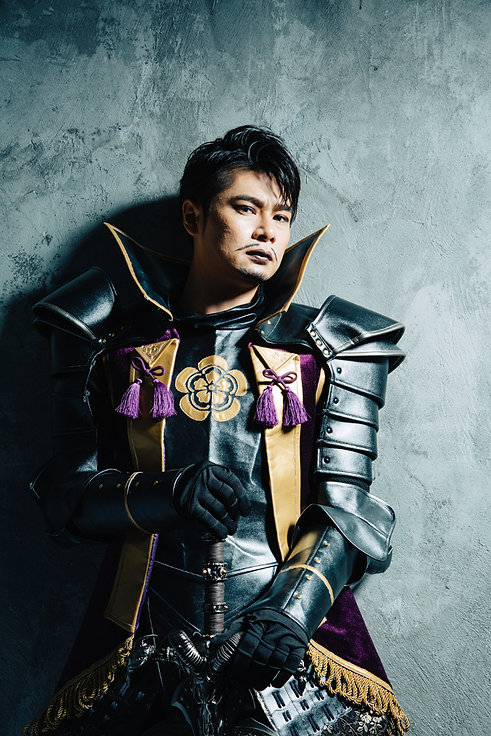 鎧を着た吉村崇の写真