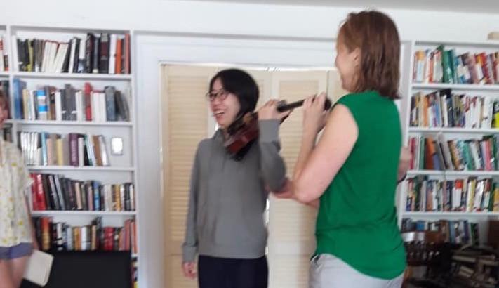 アレクサンダー・テクニーク教師&バイオリニストのウェンディーからバイオリンの初レッスンを受けました!! 高価なバイオリンを持つのは緊張します、笑