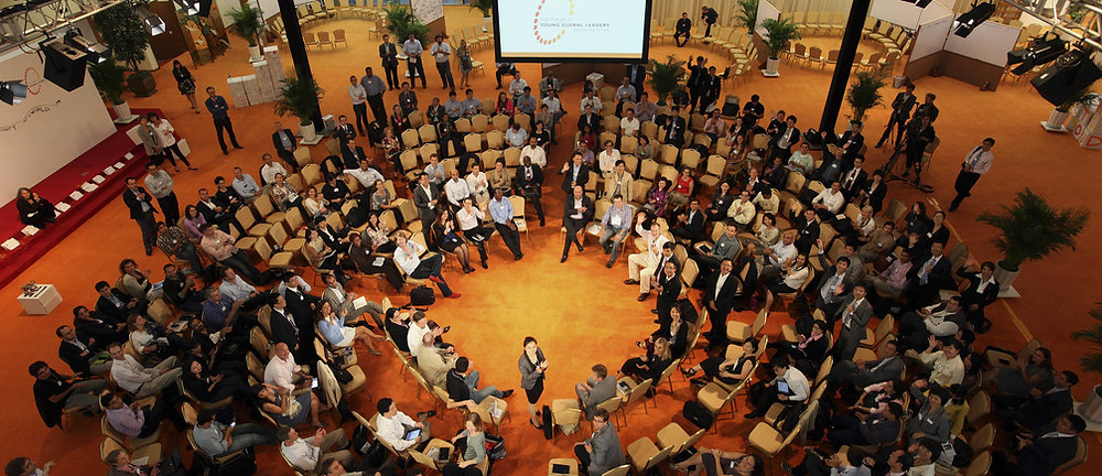 Grupo de Jovens Líderes Globais do Fórum Econômico Mundial participando de uma reunião na China em 2015.