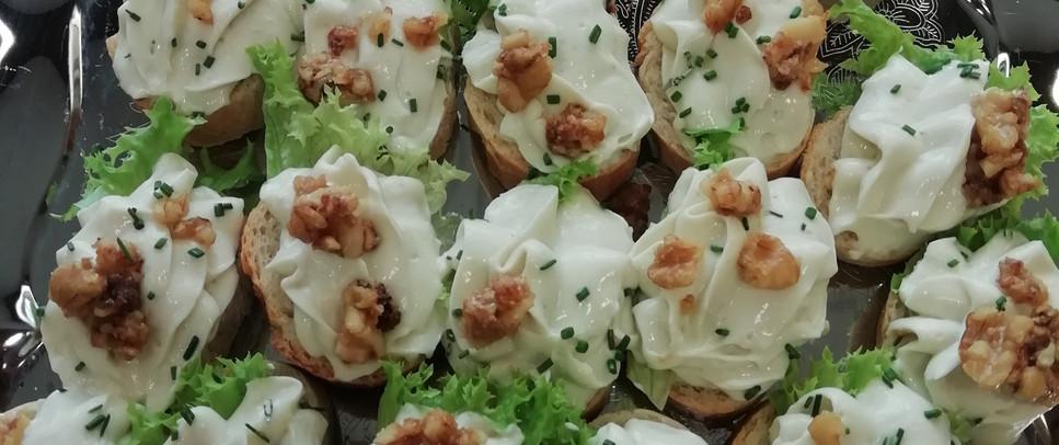 Canapè mit Gorgonzolacreme und karamelisierten Walnüssen