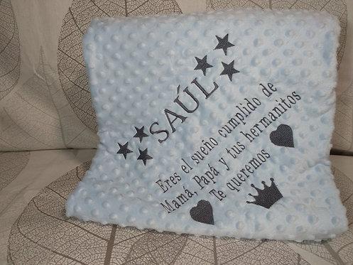 Manta azul bebé bordada con frase y nombre en gris marengo - Marca Gamberritos