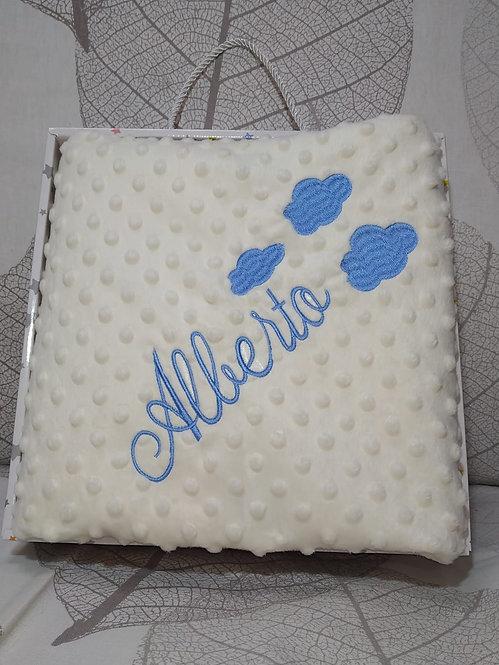 Manta beige bebé bordada en azul con nubes - Marca Gamberritos-