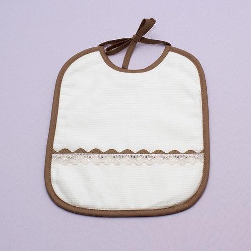 Babero para bebé bordado hecho a mano- ENCAJE Y PIQUILLO CAMEL