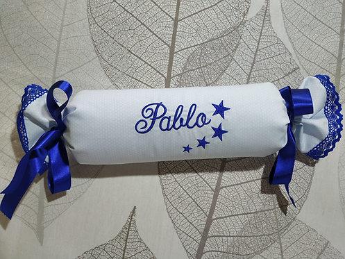 Cojín anti-vuelco (caramelo) personalizado y bordado para bebé- MODELO PABLO
