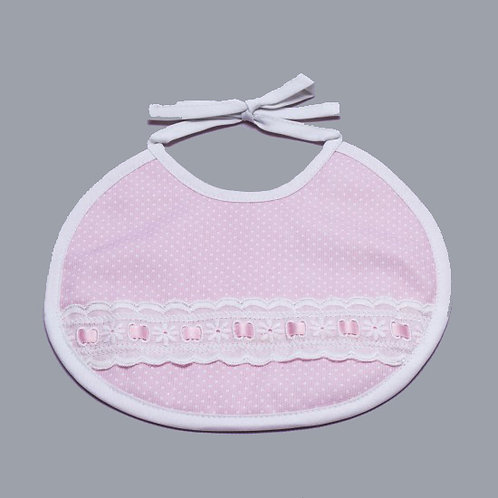 Babero rosa para bebé hecho a mano con detalles y entredós en blanco