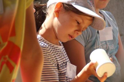 Kinder beim Butter selbst herstellen 2.j