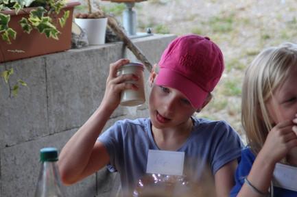 Kinder beim Butter selbst herstellen 3.j