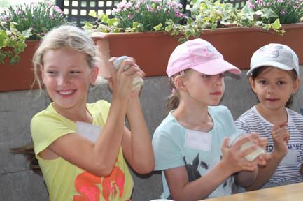 Kinder beim Butter selbst herstellen.jpg