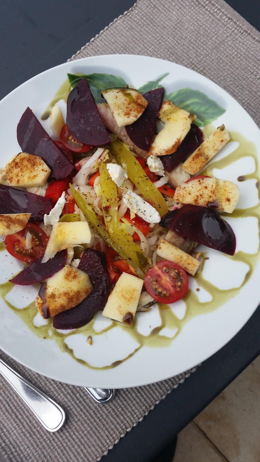 Salade van bietjes / appel / geitenkaas / tomaatjes en augurk