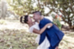 Couple de mariés heureux et joyeux à l'île de La Réunion. Mariage