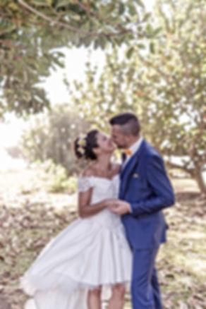 Photographe. Jeunes mariés sous les arbr à La Réunion. Mariages