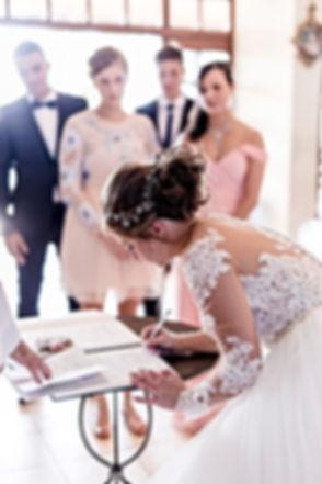 Photo d'une mariée qui signe son acte de mariage. Ile de La Réunion