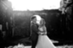 Couple de mariés heureux à l'île de La Réunion. Mariage