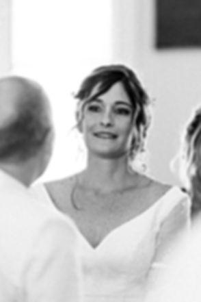 Photographe. Mariée émue aux larmes pendant le discours de son époux à la mairie à La Réunion. Mariage