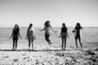 Photo d'ue future mariée et de ses demoiselles d'honneur sur la plage de La Réunion