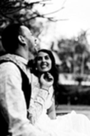 Photographe. Photo noir et blanc de jeunes mariés qui s'aiment et qui rient