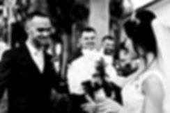 Photographe. Futurs mariés devant la mairie à La Réunion. Mariage