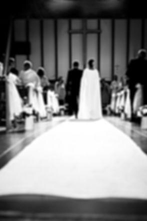Photo en noir et blanc des futurs mariés dans l'église à La Réunion